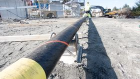 Den første av i alt tre parallelle PEX-isolerte 420 kilovolts kabler som trekkes over Hjeltefjorden i Hordaland.