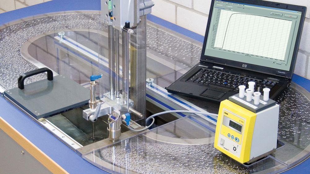 Kontroll av responstiden i et vannstrømningsbad, i henhold til IEC EN 60751.