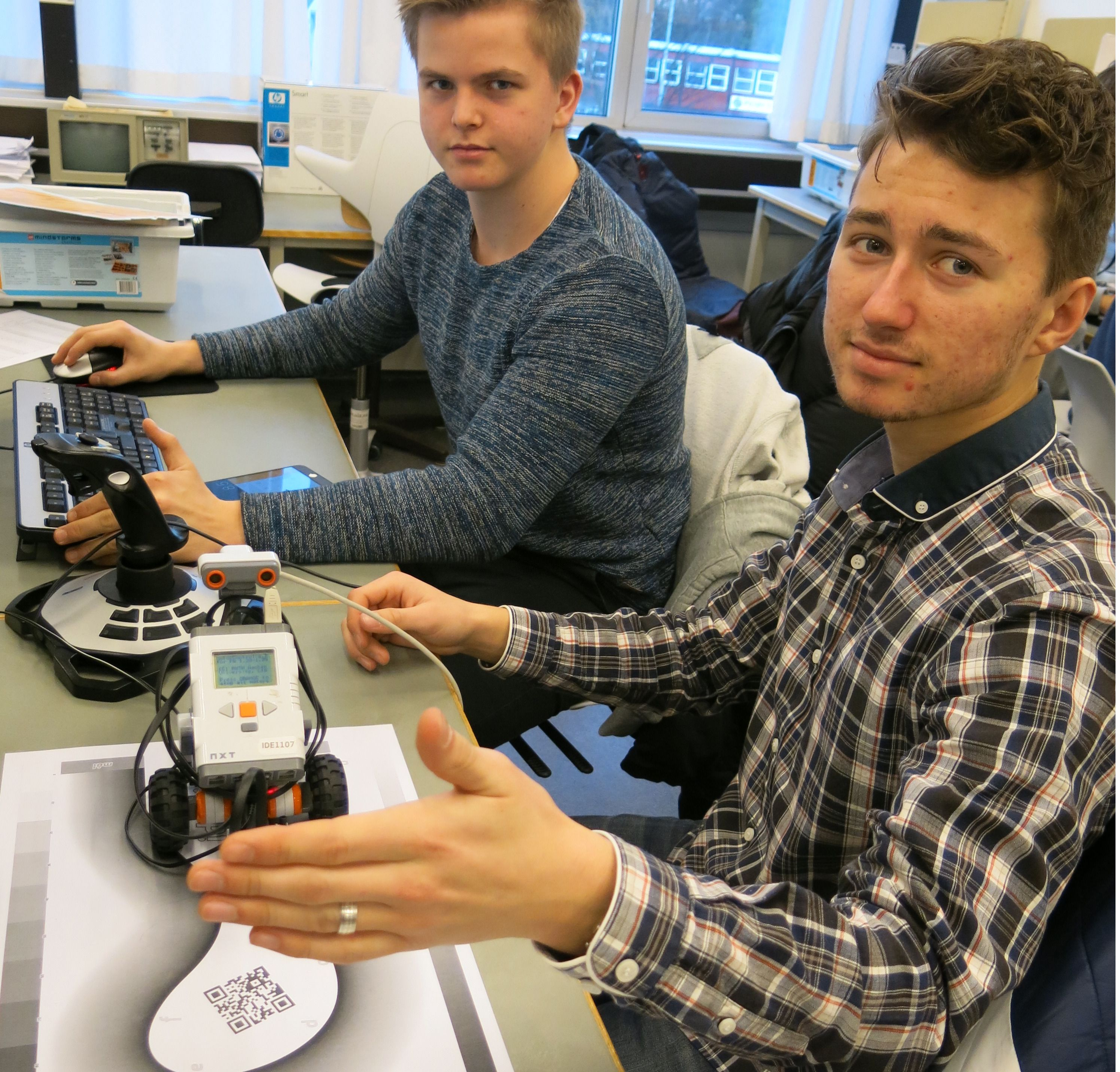 Simen Grønli, til venstre, og Christian Høie på Forskerlinja lærer robotbygging og programmering på universitetet. Foto: Lars Gunnar Dahle, UiS.