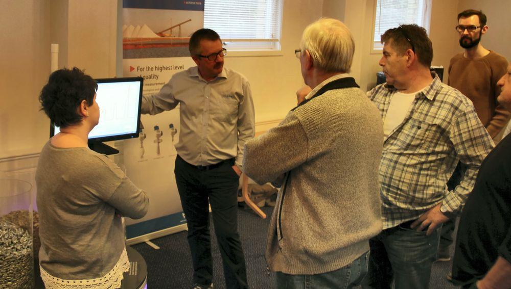 Krohne trykk- og nivåskolen, Johnny Østvang forklarer bruken av radar for noen av deltakerne.