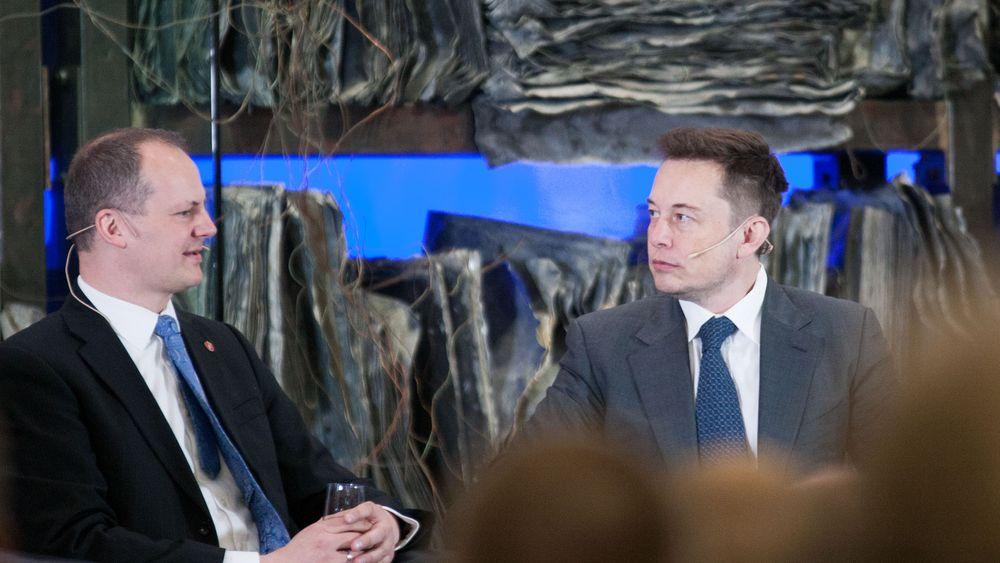 Samferdselsminister Ketil Solvik-Olsen, her i samtale med Tesla-gründer Elon Musk, ser store muligheter i selvkjørende biler.