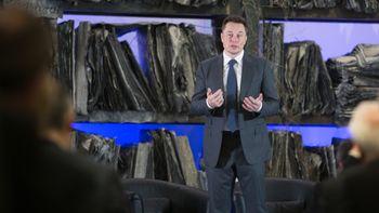 Elon Musk har meldt at han vil ta Tesla av børs. Her fra et besøk i Oslo.