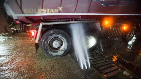 Lastebilene med sprengmasser skyldes grundig for leire og møkk før de kjøres utendørs, for å unngå støv og dårlig luft langs Mosseveien.