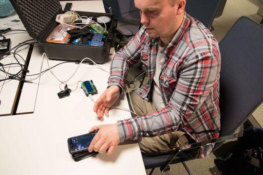 Kofferten til sikkerhetsekspert John-André Bjørkhaug er rikt rustet med diverse utstyr for å kopiere RFID-kort, alt fra magnetkortlesere til skjulte antenner for å plukke opp trådløse kort.