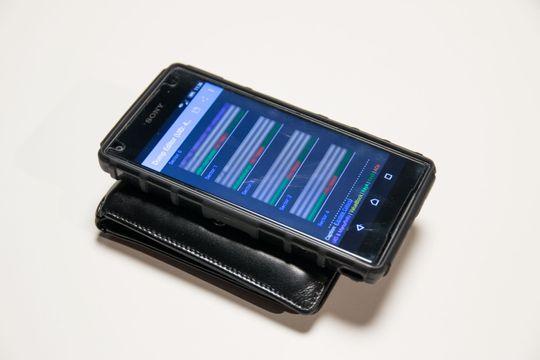 Raskt lest: Det tar ikke mange sekundene å finne opp til flere kort i denne lommeboken. Kodene lagres og kan kopieres ut igjen, med en helt vanlig Android-mobil..