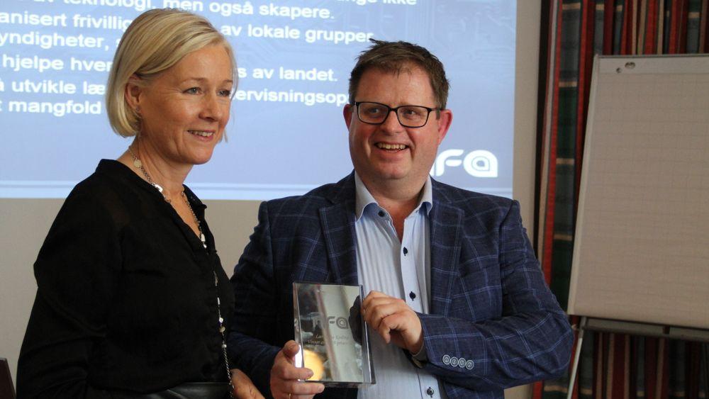 Ingvild Johansen, styrelder i NFA, overrekker NFA-prisen til organisasjonen Lær kidsa koding, ved Simen Sommerfeldt.