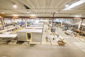 På fabrikken på Hjellum produseres det moduler til både leiligheter og brakker.