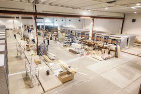 På venstre side av fabrikken produseres gulv, tak og vegger, på midten settes modulene sammen og til høyre ferdigstilles de.