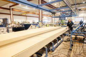 På fabrikken produseres alt på samlebånd. Hver enkelt håndverker jobber dermed med den ene tingen han eller hun kan best.