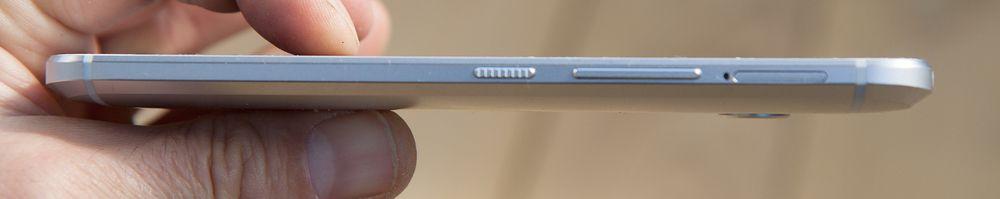 Skråkanten gjør at telefonen virker tynnere enn den faktisk er.