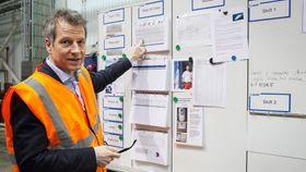 Full oversikt: Administrerende direktør Trond Hagerud viser frem lean-tavlene som har hjulpet selskapet å effektivisere driften.