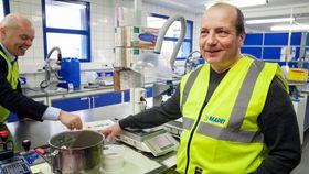 Internasjonal forskning: Fabrikksjef Jan Roger Broen viser frem forskningslokalene ved fabrikken i Nord-Odal.