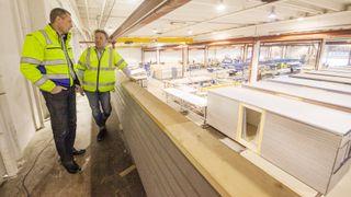 På denne fabrikken bygger det norske selskapet 300 leiligheter i året