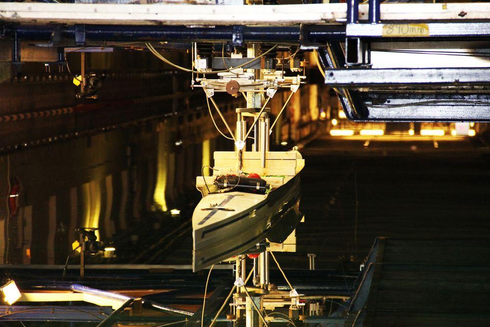 OL-båt testes i sleptank hos Marintek.