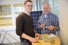 Først ut: Administrerende direktør i SES, Jan Erik Johansen og en av elektromontørene på det første kurset i solcelleinstallasjon. Foto: Jannicke Nilsen.