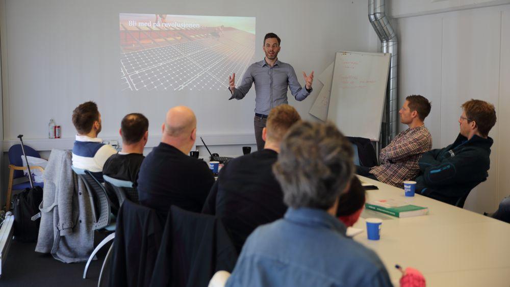 Utdanner installatører: Andreas Thorsheim i solleasing-selskapet Otovo tror på en tredobling av det norske solkraftmarkedet fra i fjor til i år. Nå kurser han elektromontør-selskap i solenergi og panelinstallasjon.