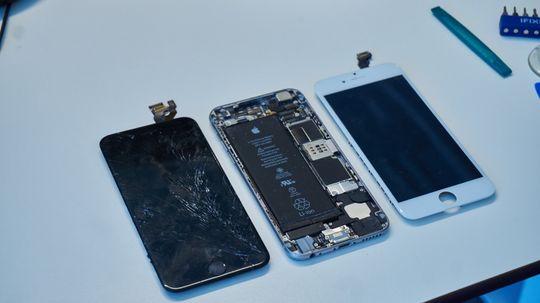 7. Ta av skjermen. Gammel og ny skjerm med selve telefonen i midten.
