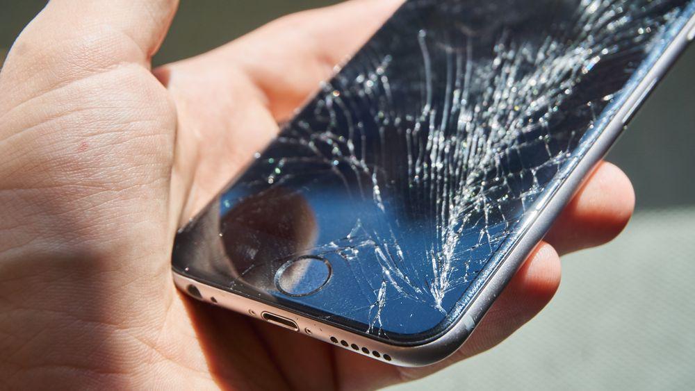 Slik så vår kollegasiPhone 6 ut etter et særdeles ublidt møte med et parkettgulv.