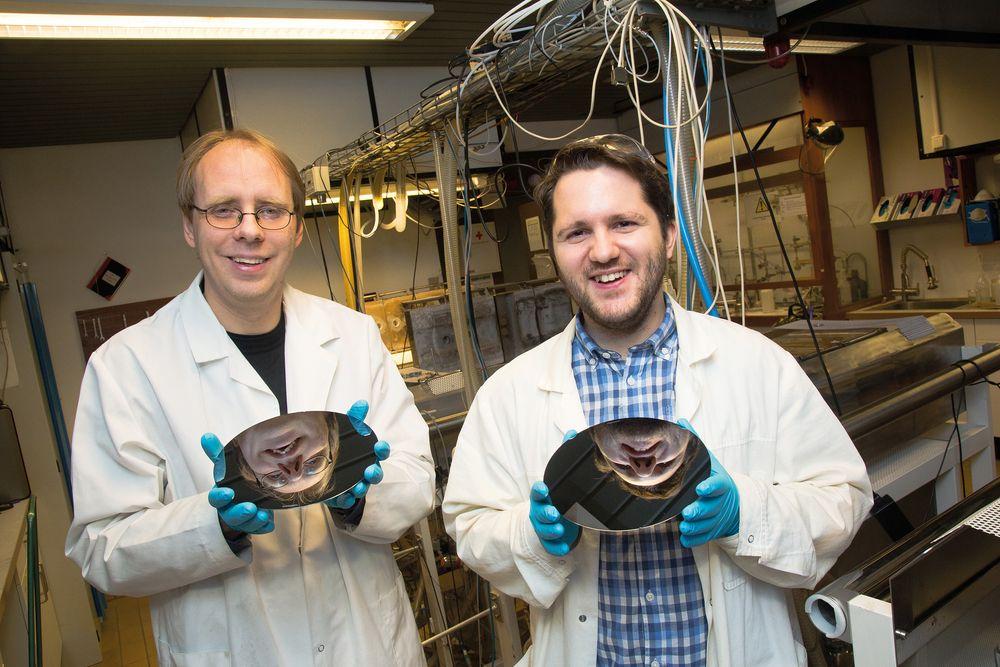 Ola Nilsen og Knut Bjarne Gandrud ved Kjemisk institutt ved Universitetet i Oslo forsker på nye materialer som kan gi bedre oppladbare batterier.
