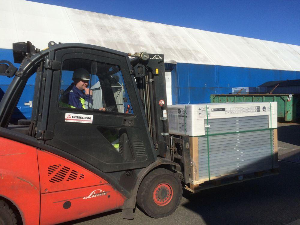Bulk-handel: Her ankommer 700 solcellepanel til de 55 Elkem-ansatte som har gått sammen om en storbestilling av solpanel til eget tak.