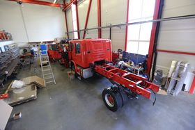 I Flekkefjord bygges hver brannbil i Brannløftet opp fra grunnen. Bare motor og chassis kommer fra Scania.
