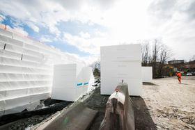 Dårlige grunnforhold gjør vanlige fyllmasser for tunge når det skal bygges påkjøringsrampe ved Løxa.