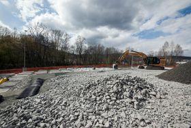 Veien legges på den ene siden på en heldekkende betongsåle som hviler på peler, og på den andre på mindre betongsåler tett i tett.