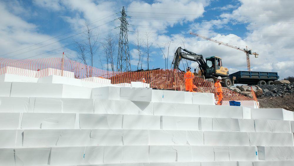 Rundt 28.000 EPS-blokker skal heve grunnen under den nye påkjøringsrampen ved Løxa i Bærum.