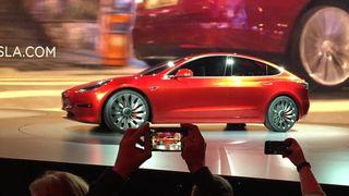 Farge og hjul blir eneste valgmuligheter for Model 3