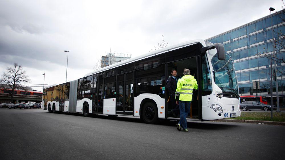 Den nye Mercedes-bussen som var på testkjøring i Oslo i dag er 21 meter lang og har plass til over 190 passasjerer.