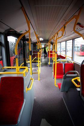 Interiøret er noe mer romslig enn i dagens busser, men det er også lagt opp til flere ståplasser.