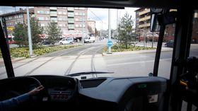 Kjempebussen byr på noen utfordringer i manøvreringen. Her i firkantrundkjøringen på Carl Berners plass var Unibuss litt nervøse, men sjåfør Eva Schnell loset oss pent gjennom.