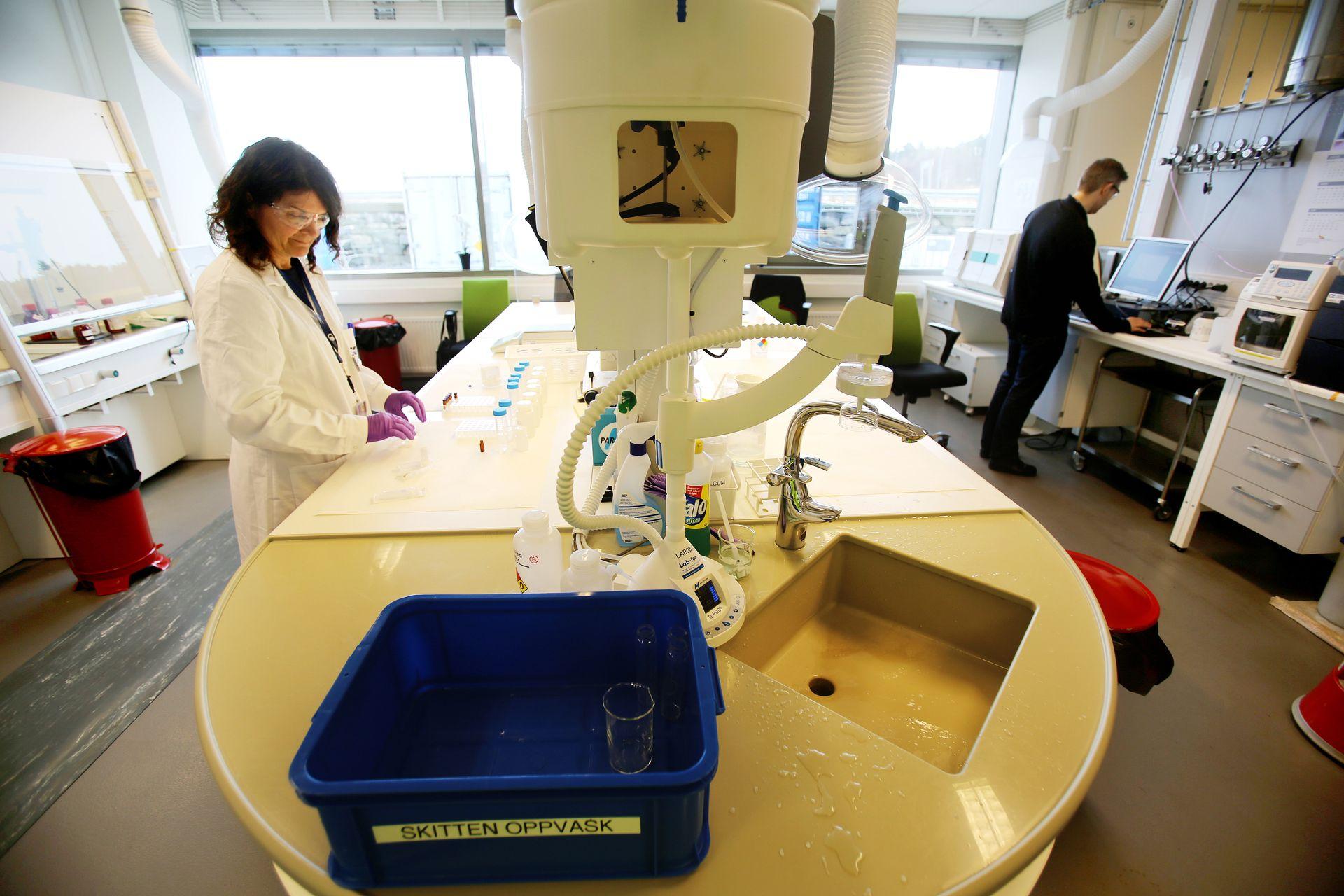 Laboratorium: I tillegg til de automatiserte målingene tas det manuelle prøver fra ulike deler på Mongstad-anlegget.