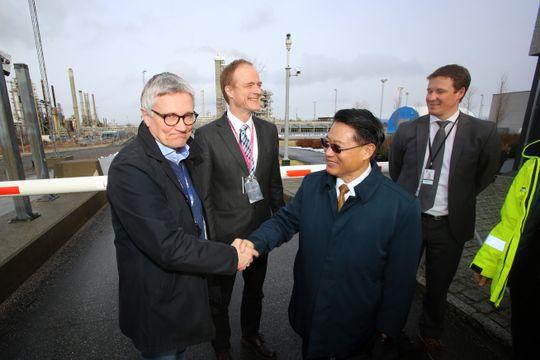 Storfint: Li Yong (t.h.) er leder i den mektige FN-organisasjonen Unido, og mente at karbonfangstteknologien på Mongstad gir håp for verden. Nylig besøkte han senteret og direktør Roy Vardheim.