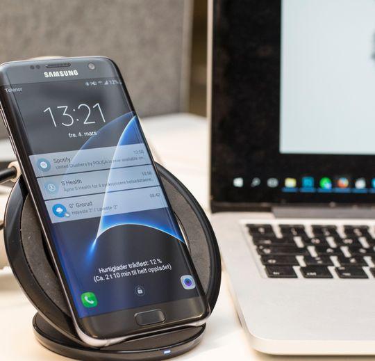 Begynner vi å nærme oss slutten på behovet for fysiske tilkoblinger i det hele tatt? Her en Galaxy S7 som hurtiglader trådløst.
