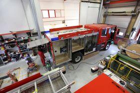 Takmontert utstyr føres på skinner ned til mannskapet.