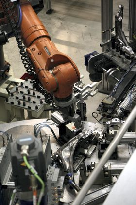 Monteringslinje for Volvo XC 90 forhjulsoppheng. En ny fabrikk med strømlinjeformet og automatisert produksjon og montering skal stå klar ved Gjøvik før årsskiftet.