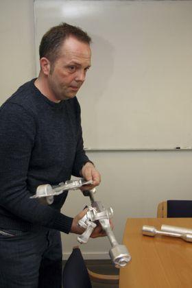 Øystein Ruste er utviklingsansvarlig ved Raufoss Technology. Han følger produktet fra de første ideer til ferdig utviklet og testet. Ikke bare skal delene tåle alle typer påkjenninger i bilens levetid, de skal også være produksjonsvennlige.