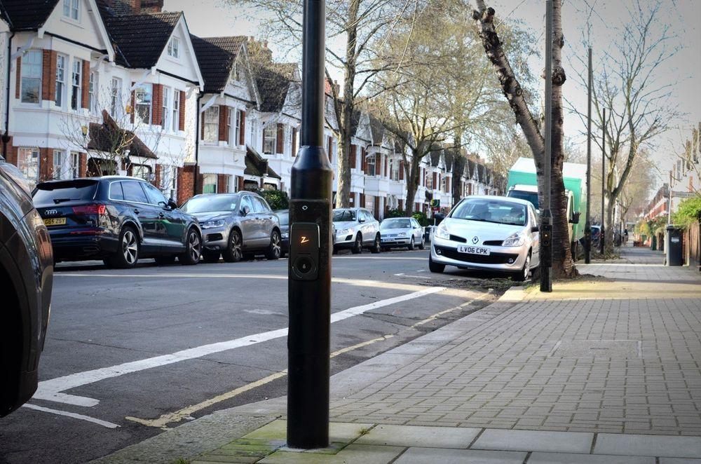 Lyktestolper skal lade Londons el-taxier. Nå er norsk ladeteknologi en av få kandidater