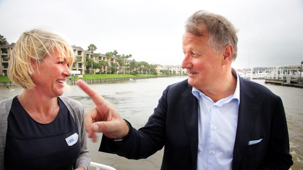 Tett på: DNB-sjef Rune Bjerke tok med seg 70 norske gjester under OTC på båttur søndag. Her i samtale med Annelin Tangen fra Forus Næringspark. Foto: Tormod Haugstad.