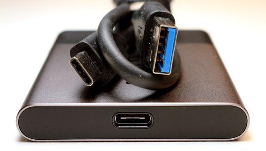 Disken bruker USB Type-C, mens den medfølgende ledningen har en vanlig A-plugg i den andre enden.