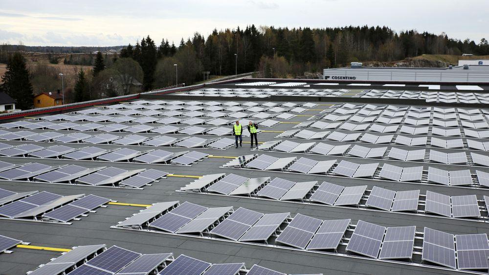 På taket av Norges største fryseboks er det nylig montert 2588 solcellepanel. Installasjonen nær tredobler det som allerede er Norges største solcelleanlegg på Askos lagertak på Vestby.