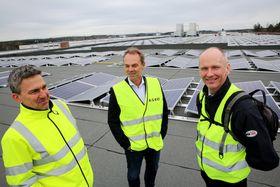 Teknisk sjef i Asko Øst, Lars Erik Olsen (t.v.), adm. dir Andre Tangerud og solpanel-leverandøren Thor Christian Tuv (t.h.).