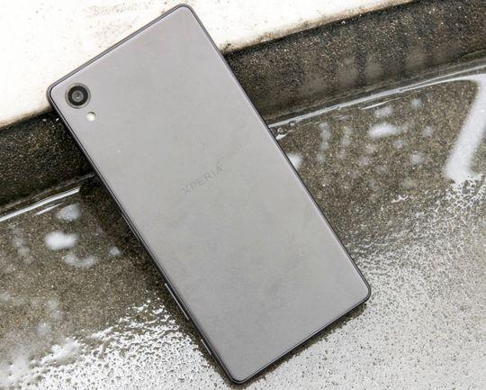Vanntetthet har vært en viktig faktor for Sony på det norske markedet. Med Xperia X er forutsigbarheten slutt. Kun heftigste modell, Xperia X Performance er vanntett. Denne er det ikke, og lever altså farlig.