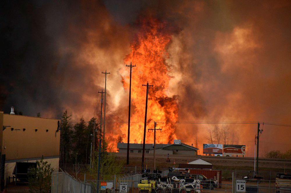 Byen Fort McMurray er tømt for mennesker på grunn av skogbrannen i og rundt byen. Foto: Reuters / NTB scanpix