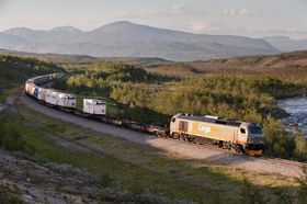 Et dieseldrevet godstog krysser Saltfjellet. I 2025 dras lasten kanskje av et elektrisk lokomotiv som får strøm fra hydrogendrevne brenselceller plassert i vogna bak. Det vil gjøre transporten utslippsfri.