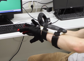 Systemet fungerer ved å feste HTC Vive-kontrollene på armen.