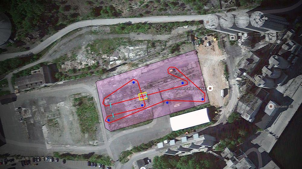 Denne skjermdumpen fra Google Earth viser banen (rosa) og løpet (rødt). De lyseblå strekene er hindere, mens den gule firkanten viser et målområde som også fungerte som et hinder.