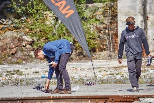 Andreassen var ofte ute og ryddet på banen sammen med andre deltagere.