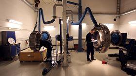 Inspeksjon av ferdigproduserte bakre turbinhus hos GKN Aerospace Norway.